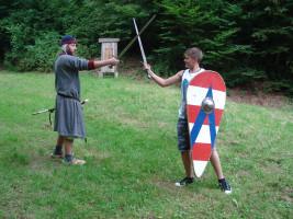 Mit Holzschwert und Schild: Nachwuchsknappe beim Üben