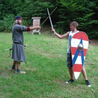 Schwertkampf mit Holzschwertern